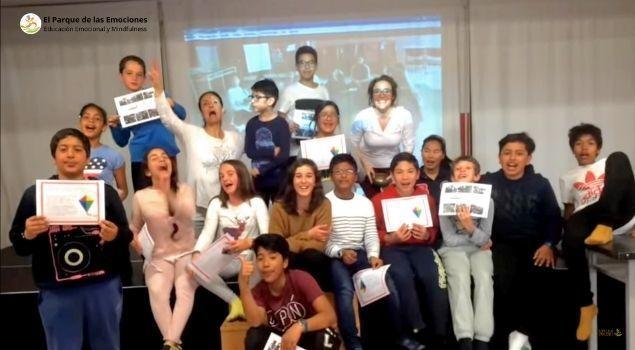 alumnos contentos por lo aprendido enseñando su certificacion