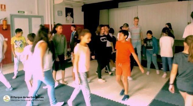 alumnos jugando sesiones ludicas de educacion emocional